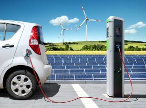 Elektroauto an der Solartankstelle © Petair / Fotolia.com.