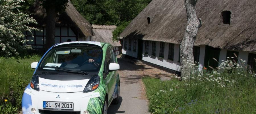 Michael Leschek und Holger Haulsen von den Schleswiger Stadtwerken sind die Gesamtsieger des Jahres 2015 bei der Nordeuropäischen E-Mobil Rallye. Sie starten auch 2016 auf einem Mitsubishi Electric Vehicle. Foto: UESO-Film.com