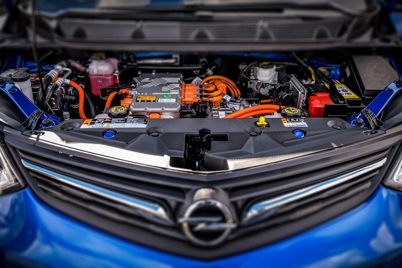 Reichweiten-Champion Opel Ampera-e Neue Aussichten: Der Motorraum des neuen Opel Ampera-e unterscheidet sich deutlich von Autos mit konventionellem Antrieb. Bildquelle Opel GM