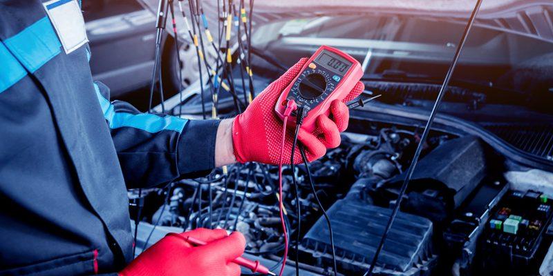 Automechaniker prüft die Spannung mit Voltmeter - Copyright romaset @ fotoila.com