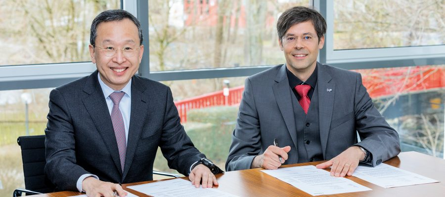 Unterzeichnung des Letter of Intent: Ph. D. Seh-Woong (S.W.) Jeong, Executive Vice President Samsung SDI (links) und Dr. Hartung Wilstermann, Executive Vice President E-Solutions & Services bei Webasto (rechts) - (© Webasto Group