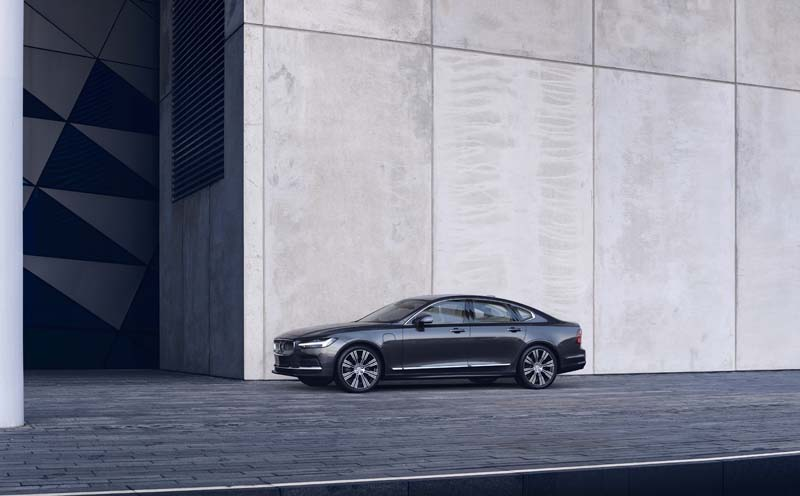The refreshed Volvo S90 Recharge T8 plug-in hybrid in Platinum Grey - Copyright Volvo